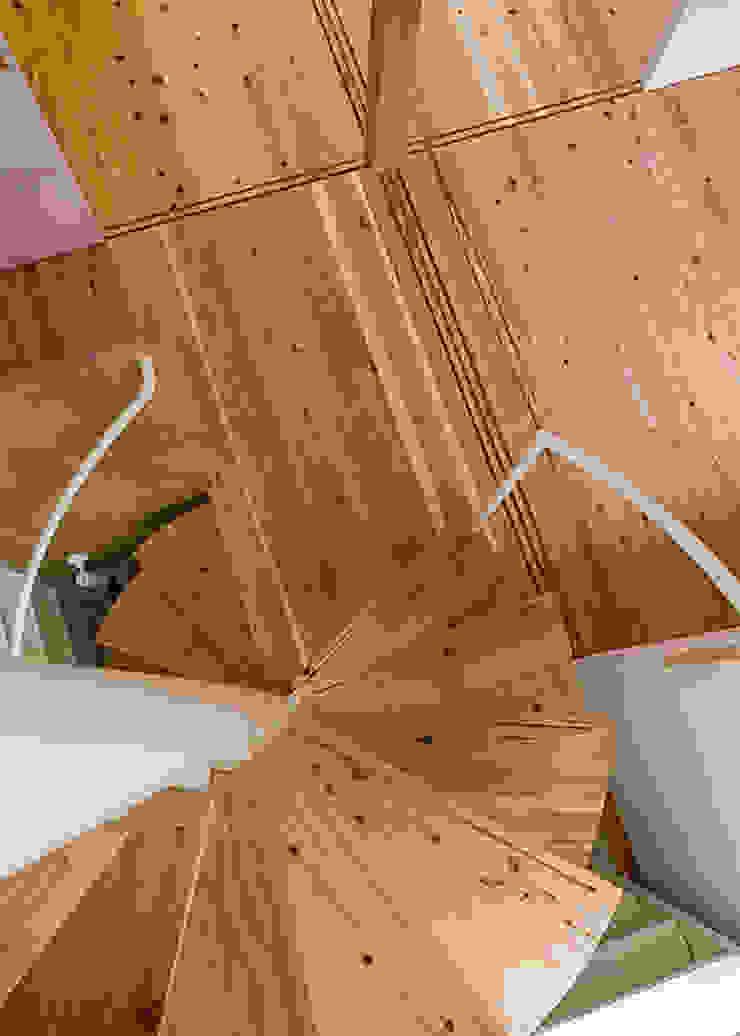 螺旋階段 河合建築デザイン事務所 オリジナルスタイルの 玄関&廊下&階段
