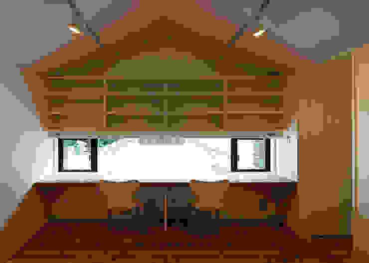 子供室(共用コーナーの造付けデスクと吊り書棚) オリジナルデザインの 子供部屋 の 河合建築デザイン事務所 オリジナル
