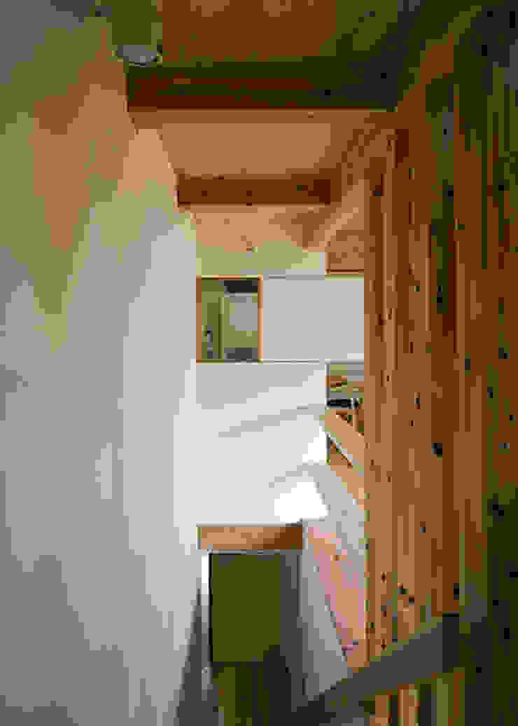 階段上部と台所小窓 オリジナルスタイルの 玄関&廊下&階段 の 河合建築デザイン事務所 オリジナル