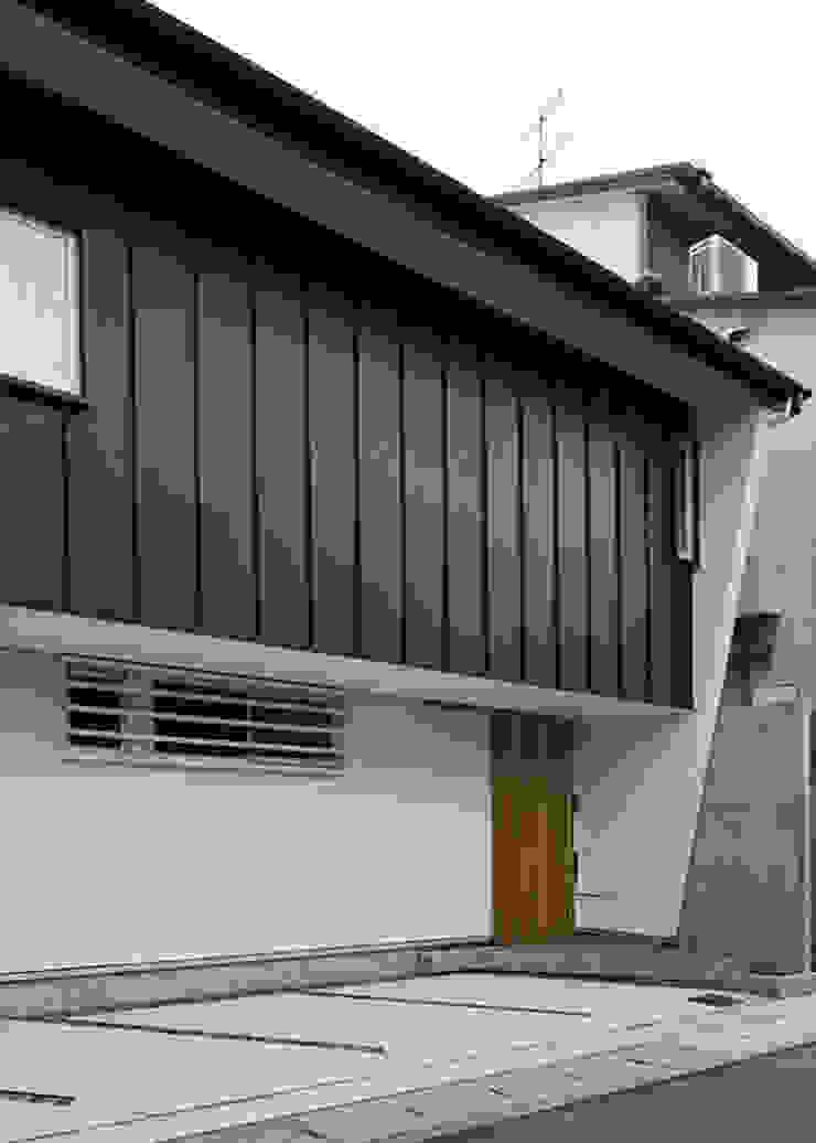 北側外観(軒下空間はガレージとなる) オリジナルな 家 の 河合建築デザイン事務所 オリジナル