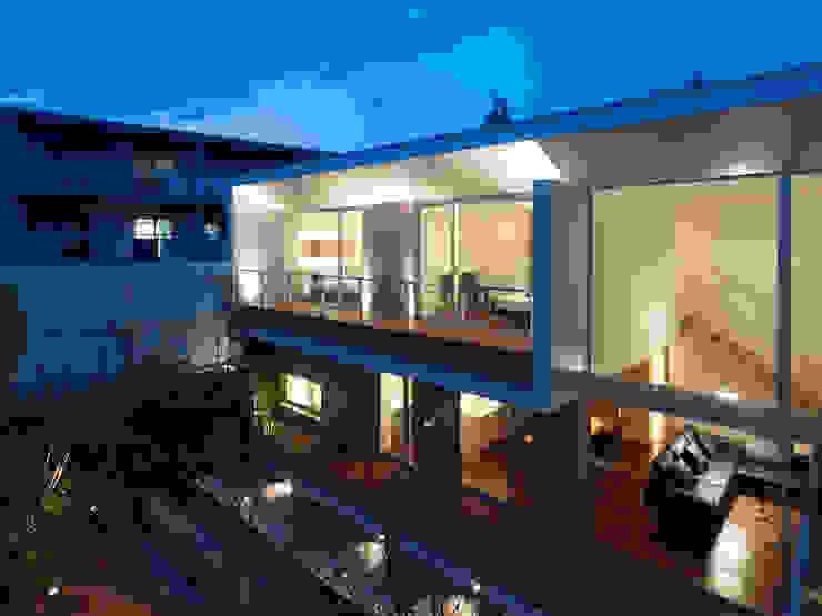 garden side facade: 株式会社ラウンドテーブル|一級建築士事務所が手掛けた家です。,モダン