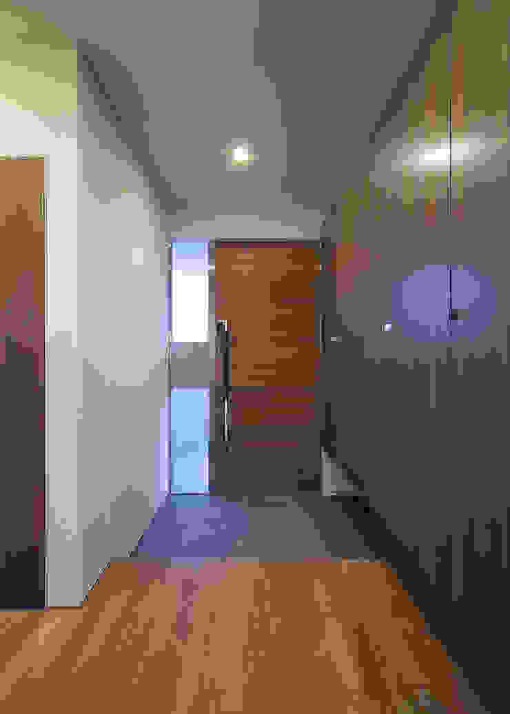 ISDアーキテクト一級建築士事務所 Modern Corridor, Hallway and Staircase Wood Brown