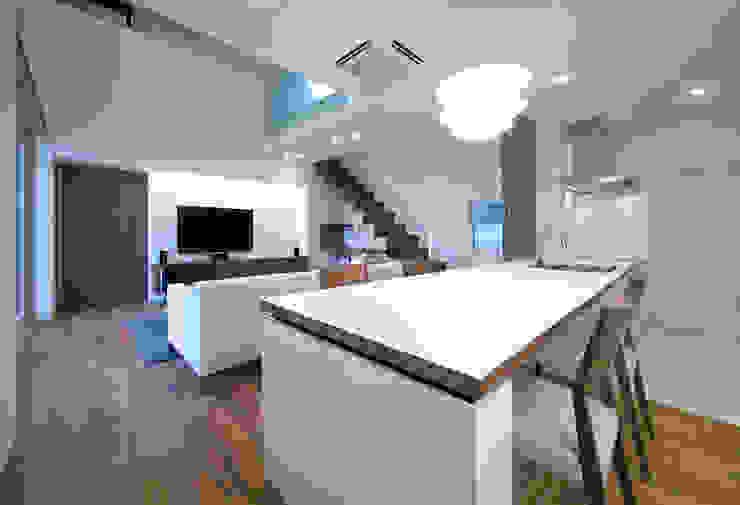 ISDアーキテクト一級建築士事務所 Modern Dining Room Wood Brown