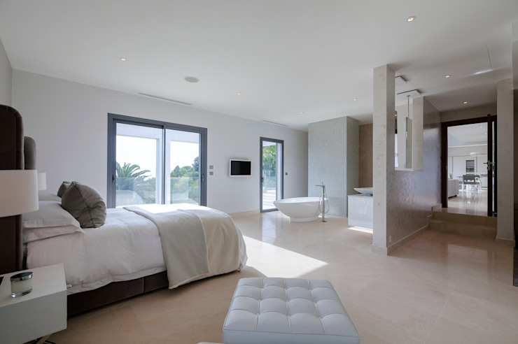 Villa South of France Interior Master Bedroom Suite Camera da letto moderna di Urban Cape Interiors Moderno