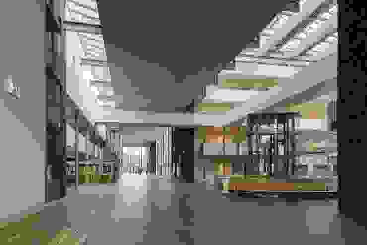 Massief houten grill systeem Moderne ziekenhuizen van Derako International B.V. Modern