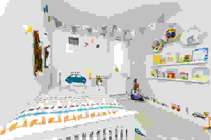 Jaeden's bedroom モダンスタイルの寝室 の MK Kid Interiors モダン