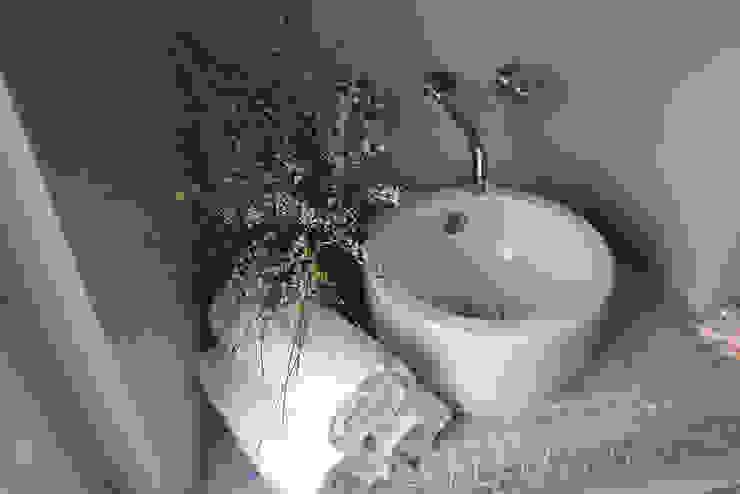 La casetta - casa vacanze: Bagno in stile  di INARCHlab