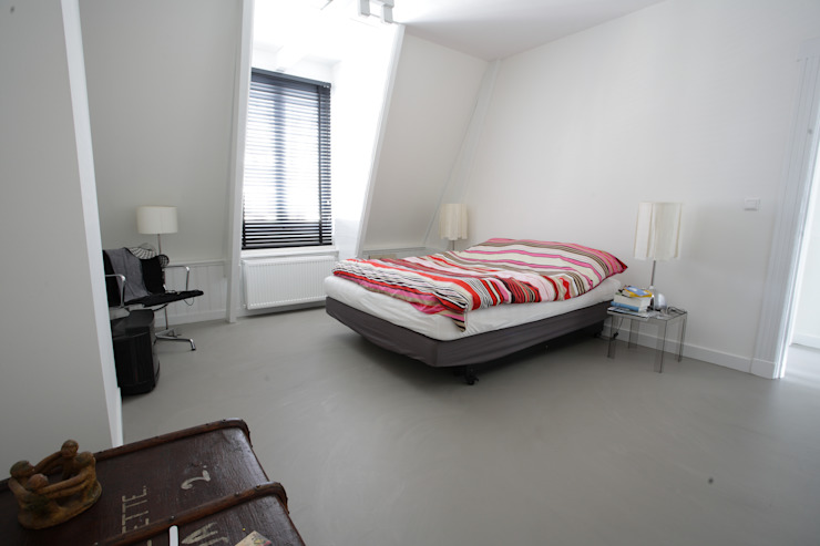 Grijze betonlook gietvloer in slaapkamer Moderne slaapkamers van Motion Gietvloeren Modern