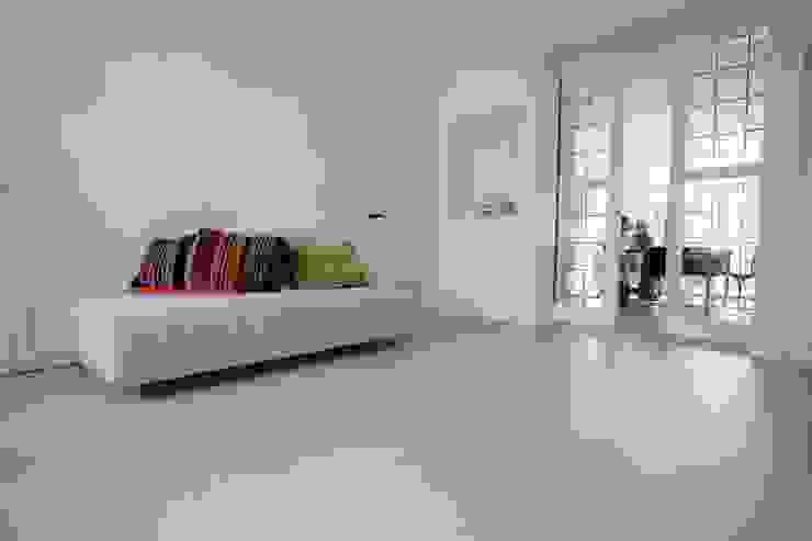 Grijze betonlook gietvloer in woonkamer Klassieke woonkamers van Motion Gietvloeren Klassiek