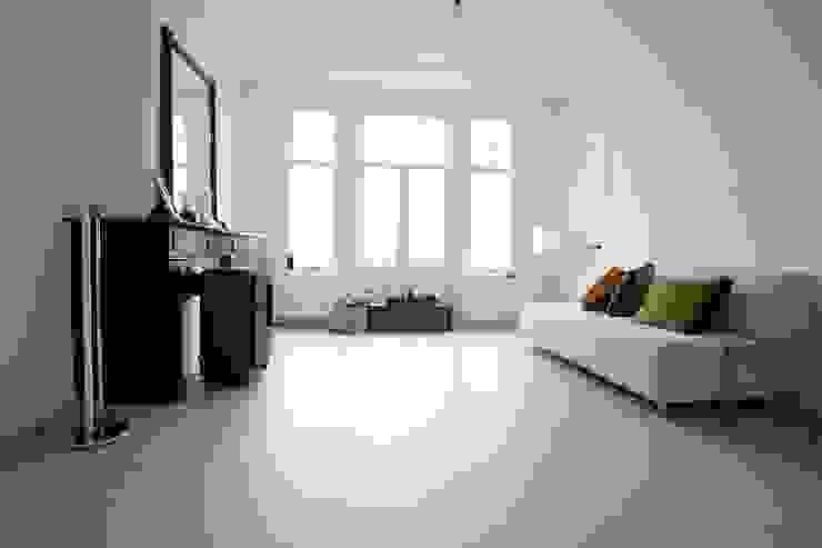 Grijze betonlook gietvloer in wonenkamer Klassieke woonkamers van Motion Gietvloeren Klassiek
