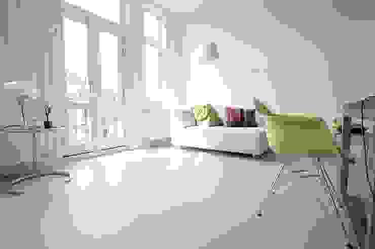 Grijze betonlook gietvloer in eetkamer Minimalistische eetkamers van Motion Gietvloeren Minimalistisch