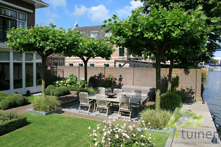 Tuin aan de Oude Rijn:  Tuin door Visser Tuinen, Rustiek & Brocante