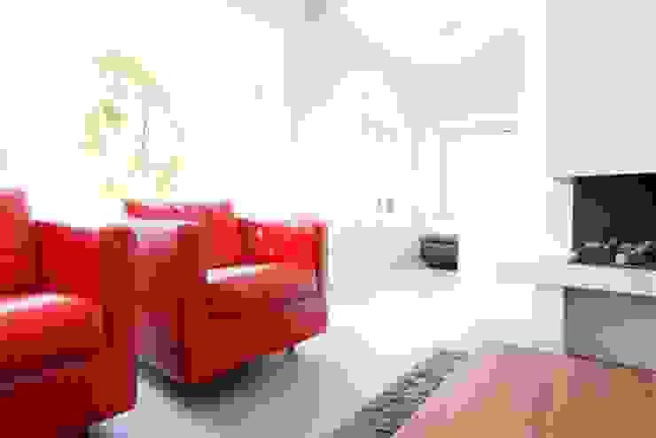Betonlook gietvloer in woonkamer Moderne woonkamers van Motion Gietvloeren Modern