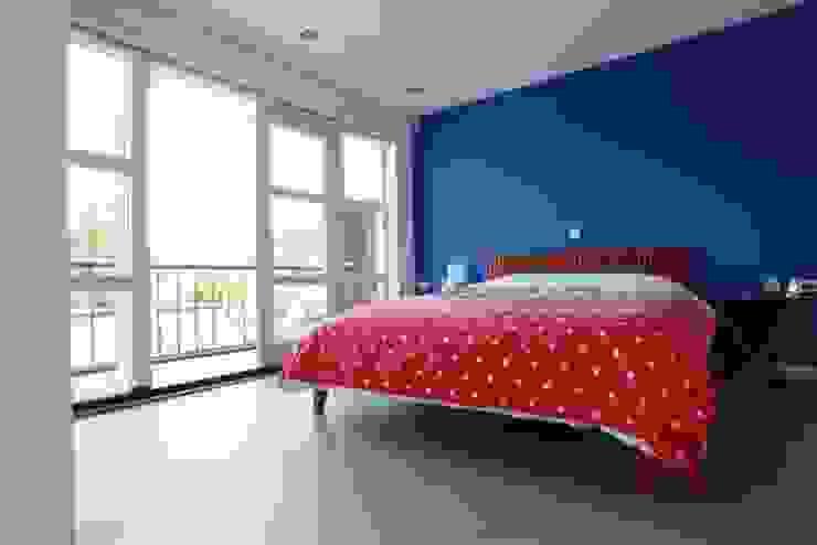 Betonlook gietvloer in slaapkamer Landelijke slaapkamers van Motion Gietvloeren Landelijk