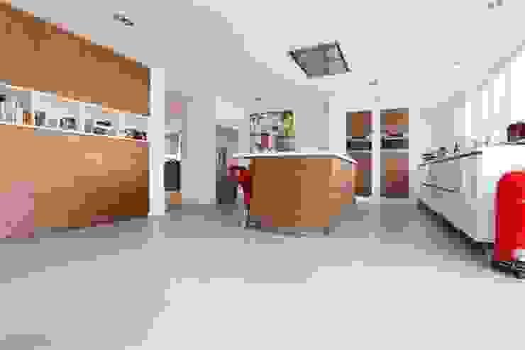Betonlook gietvloer in woonkeuken Moderne keukens van Motion Gietvloeren Modern