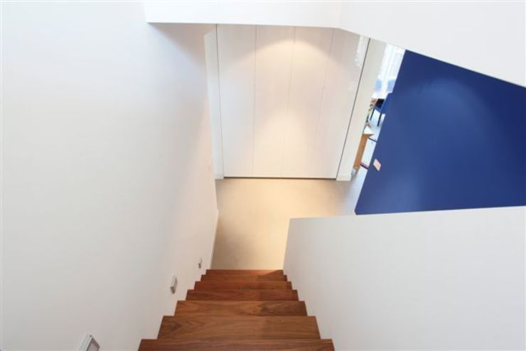 Betonlook gietvloer in entree Moderne gangen, hallen & trappenhuizen van Motion Gietvloeren Modern