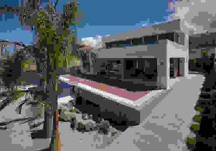 Vista exterior 03: Casas unifamilares de estilo  de CORREA + ESTEVEZ ARQUITECTURA, Moderno