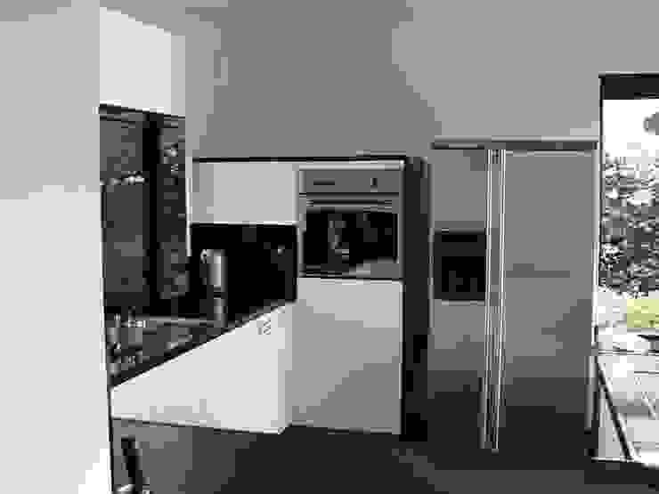 Zwart wit Keuken:  Keuken door DIEVORM B.V.,