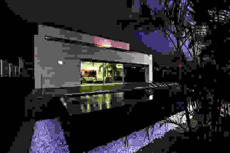 Vista exterior 1 - nocturna: Piscinas infinitas de estilo  de CORREA + ESTEVEZ ARQUITECTURA, Moderno
