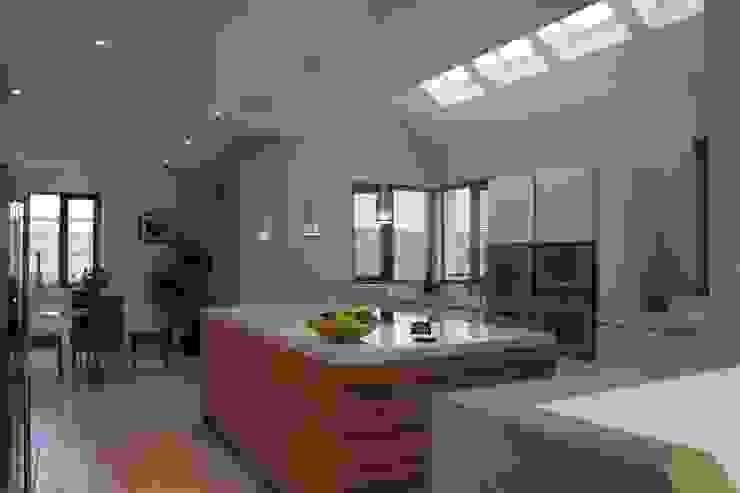 9 Heights Modern kitchen by MRH Design Modern