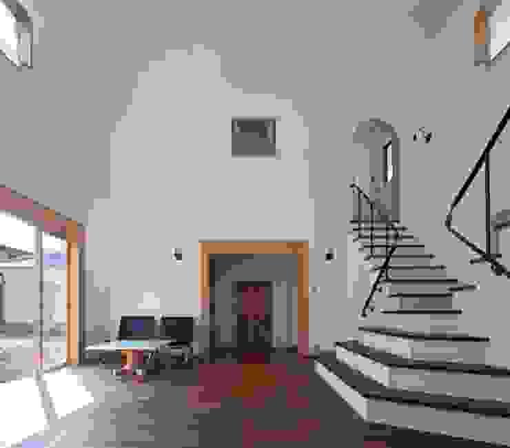 ある舞踏家の家: 松井建築研究所が手掛けたリビングです。