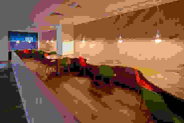 Estudios y biblioteca de estilo  por 一級建築士事務所シンクスタジオ, Moderno