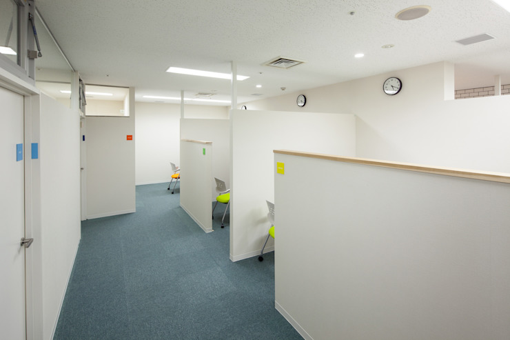 Bureau moderne par 一級建築士事務所シンクスタジオ Moderne