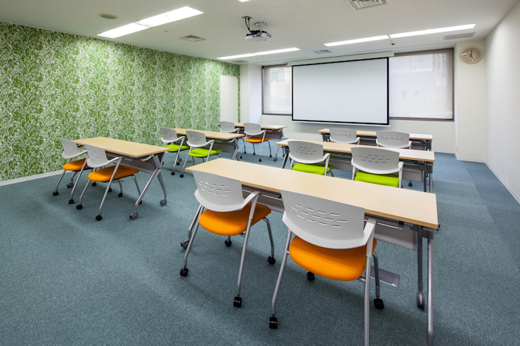 Oficinas de estilo moderno de 一級建築士事務所シンクスタジオ Moderno