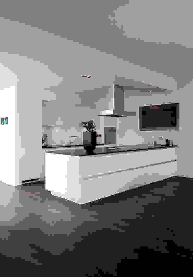 Modern kitchen by Corneille Uedingslohmann Architekten Modern