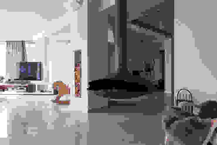 дом в Токсово Гостиная в скандинавском стиле от de.studio Скандинавский