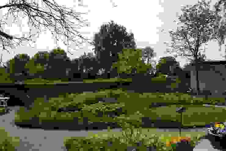 Weelderige plantentuin Ontwerpstudio Angela's Tuinen Moderne tuinen