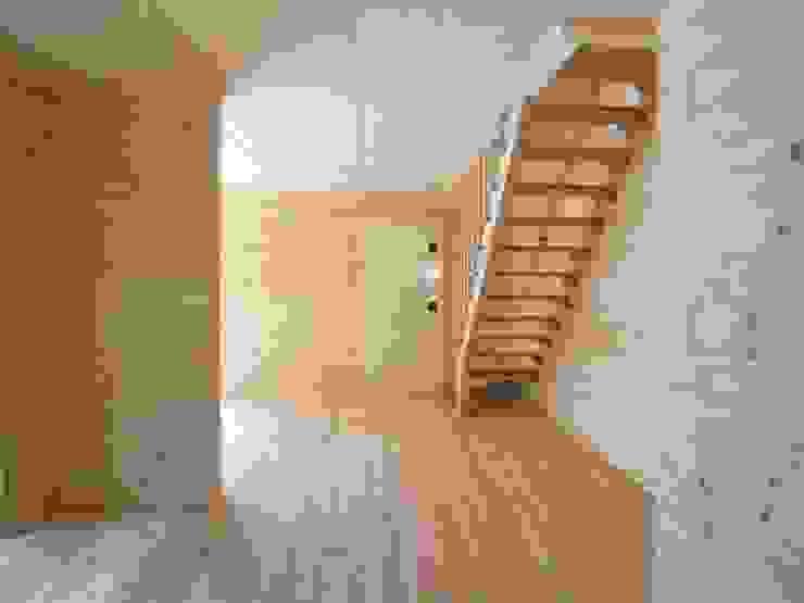 リビング(オープン階段) モダンスタイルの 玄関&廊下&階段 の OSM建築設計事務所 モダン