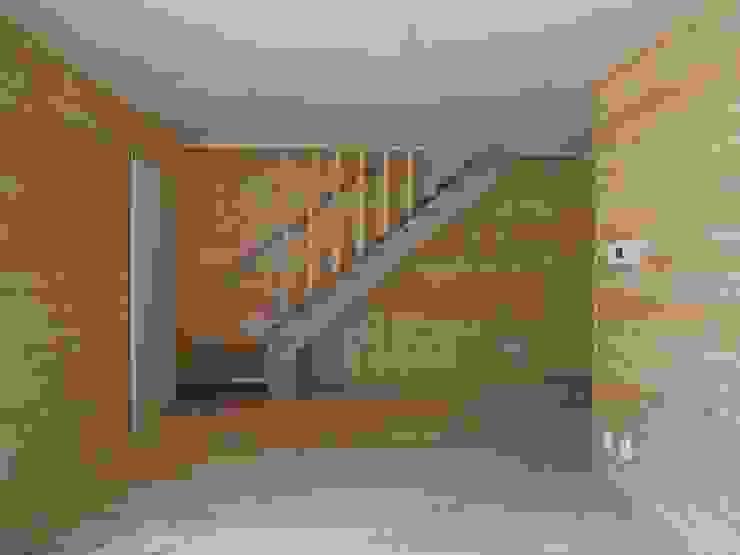 リビング階段 モダンスタイルの 玄関&廊下&階段 の OSM建築設計事務所 モダン