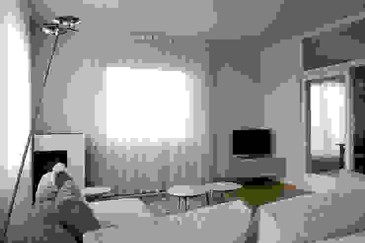 Casa DL - restyling della zona giorno Soggiorno moderno di Nicoletta Bertolissi architetto Moderno
