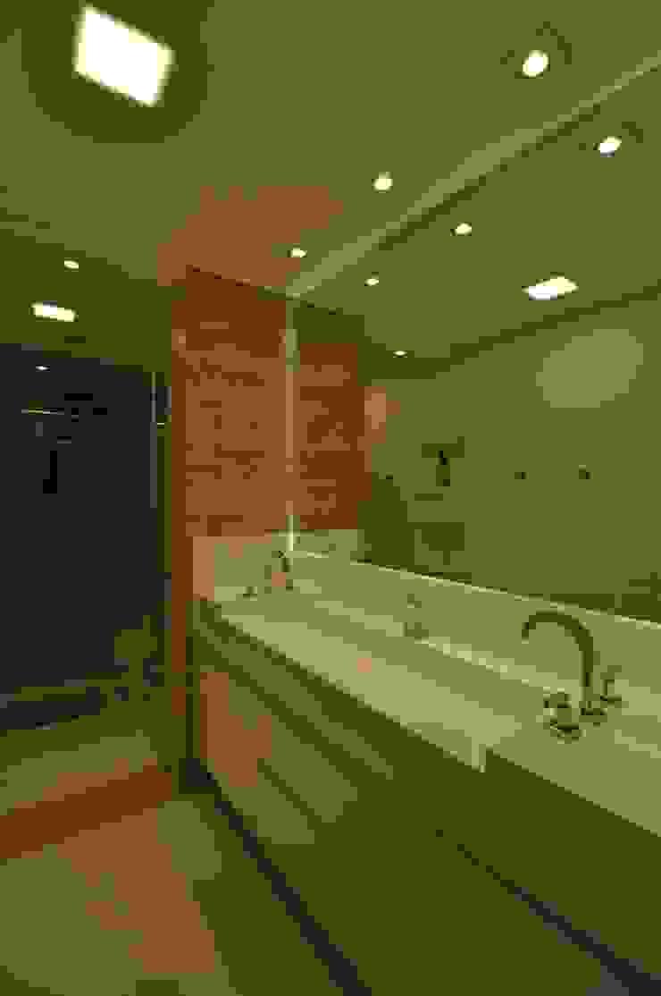 Apartamento rústico com toque moderno oferece conforto à recém-casados Banheiros modernos por Guido Iluminação e Design Moderno