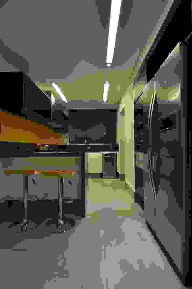 Apartamento rústico com toque moderno oferece conforto à recém-casados Cozinhas modernas por Guido Iluminação e Design Moderno