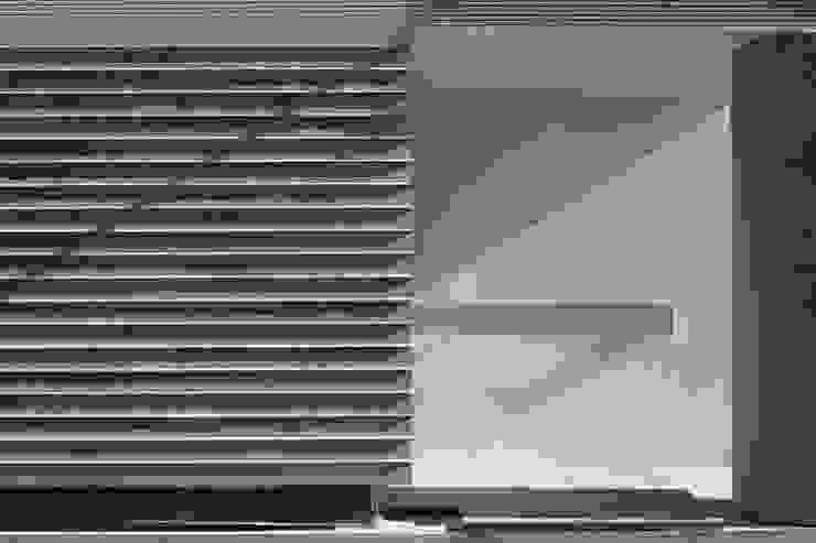 Paredes y suelos de estilo moderno de トレス建築事務所 Moderno