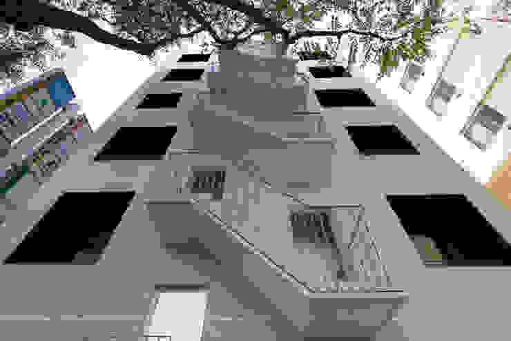 Pasillos, vestíbulos y escaleras de estilo moderno de トレス建築事務所 Moderno