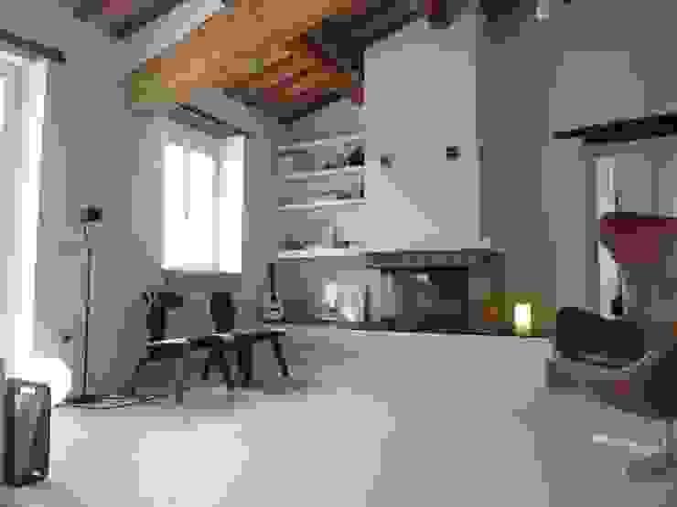 Salone in microcemento Pareti & Pavimenti in stile moderno di Pavitek sas di Arena Enzo & c. Moderno