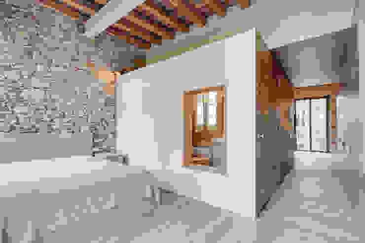 LOFTS GIRONA Cuartos de estilo mediterráneo de Lara Pujol | Interiorismo & Proyectos de diseño Mediterráneo