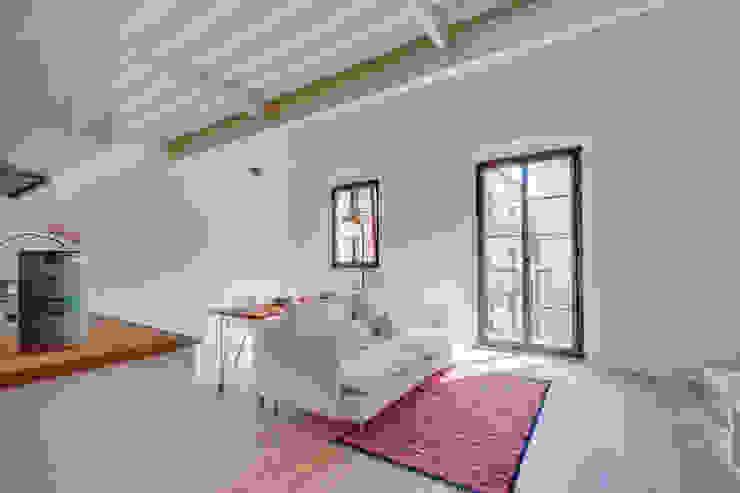 Mediterrane Wohnzimmer von Lara Pujol | Interiorismo & Proyectos de diseño Mediterran