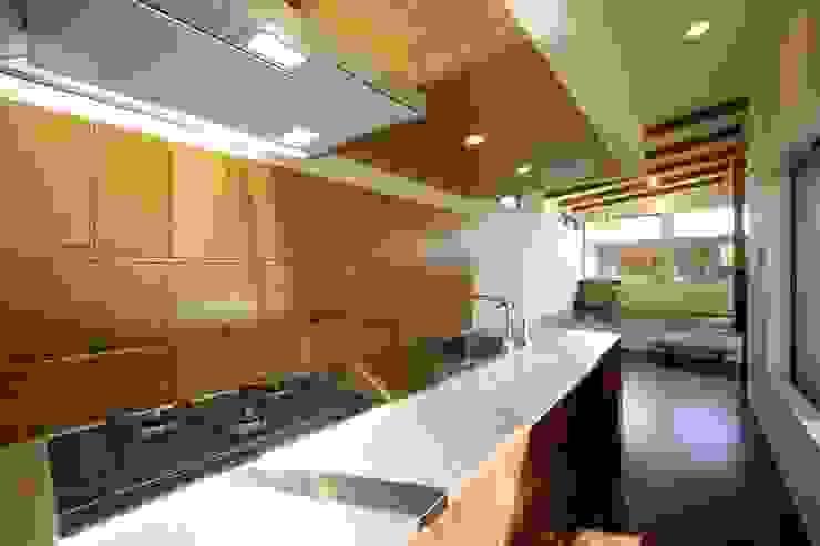 Modern kitchen by 建築デザイン工房kocochi空間 Modern