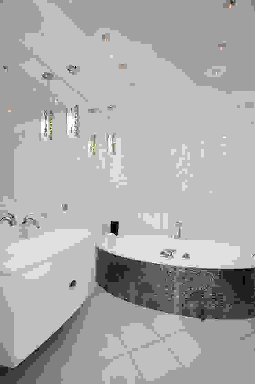 """Дизайн квартиры """"Интерьер для молодой семьи"""" Ванная комната в стиле минимализм от Samarina projects Минимализм"""