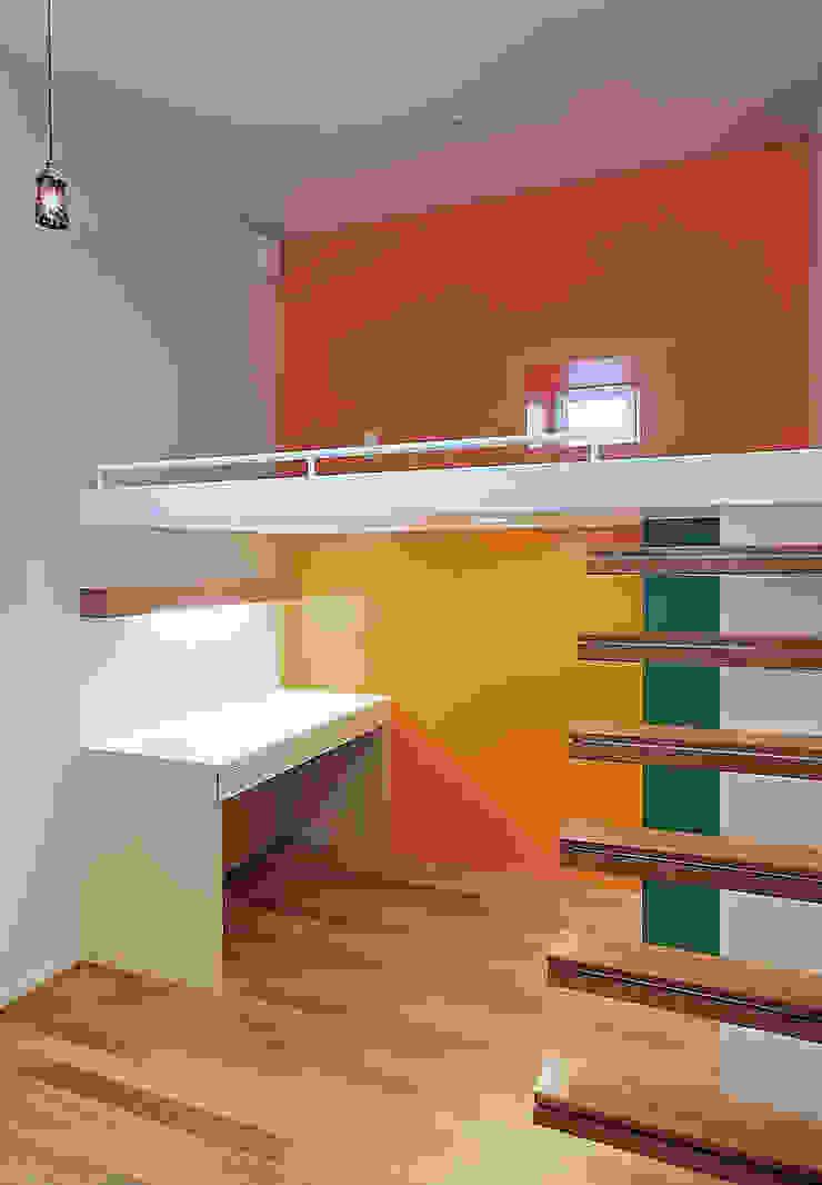 Dormitorios infantiles de estilo escandinavo de アースワーク建築設計事務所 Escandinavo