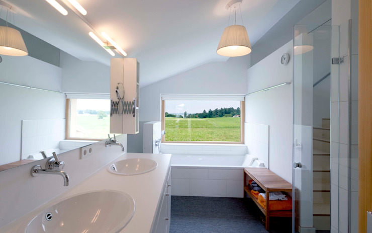 Country style bathrooms by w. raum Architektur + Innenarchitektur Country