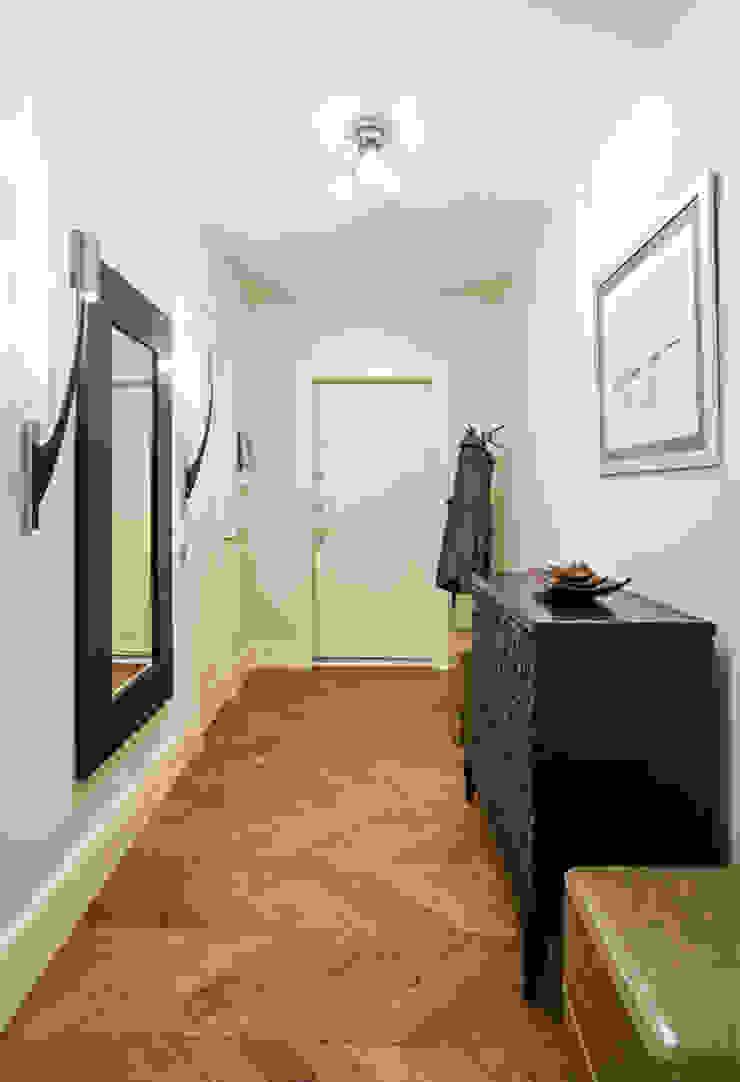 Квартира на Ломоносовском Коридор, прихожая и лестница в колониальном стиле от Надежда Каппер Колониальный