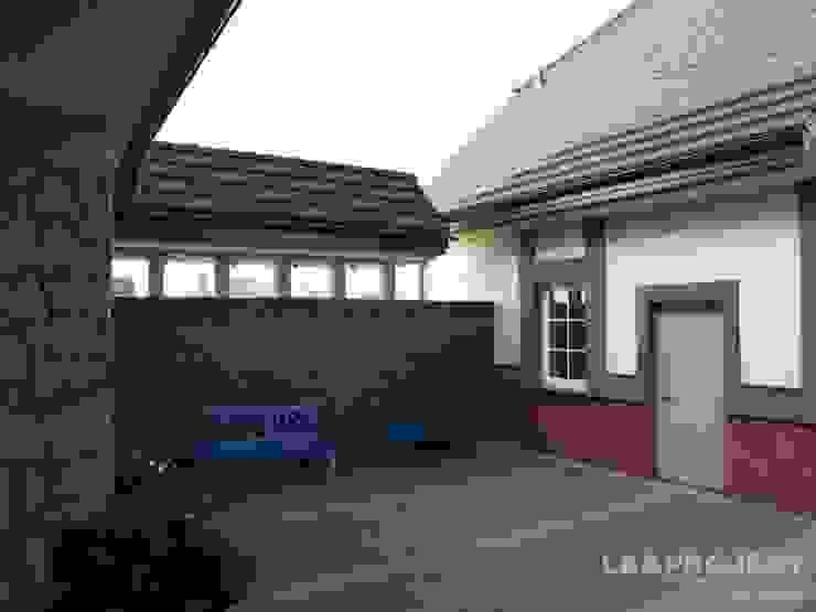 LK&700 realizacja Klasyczny balkon, taras i weranda od LK & Projekt Sp. z o.o. Klasyczny