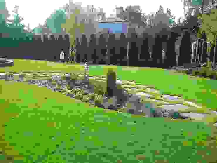 Palenisko, ognisko, skalniak, koło młyńskie, kamienie w trawniku Klasyczny ogród od Zielony Architekt Klasyczny