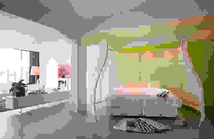 Afscherming van het slaapgedeelte :  Slaapkamer door IAA Architecten, Industrieel