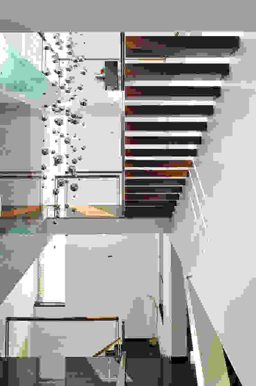 dom xv w Krakowie Nowoczesny korytarz, przedpokój i schody od RS+ Robert Skitek Nowoczesny